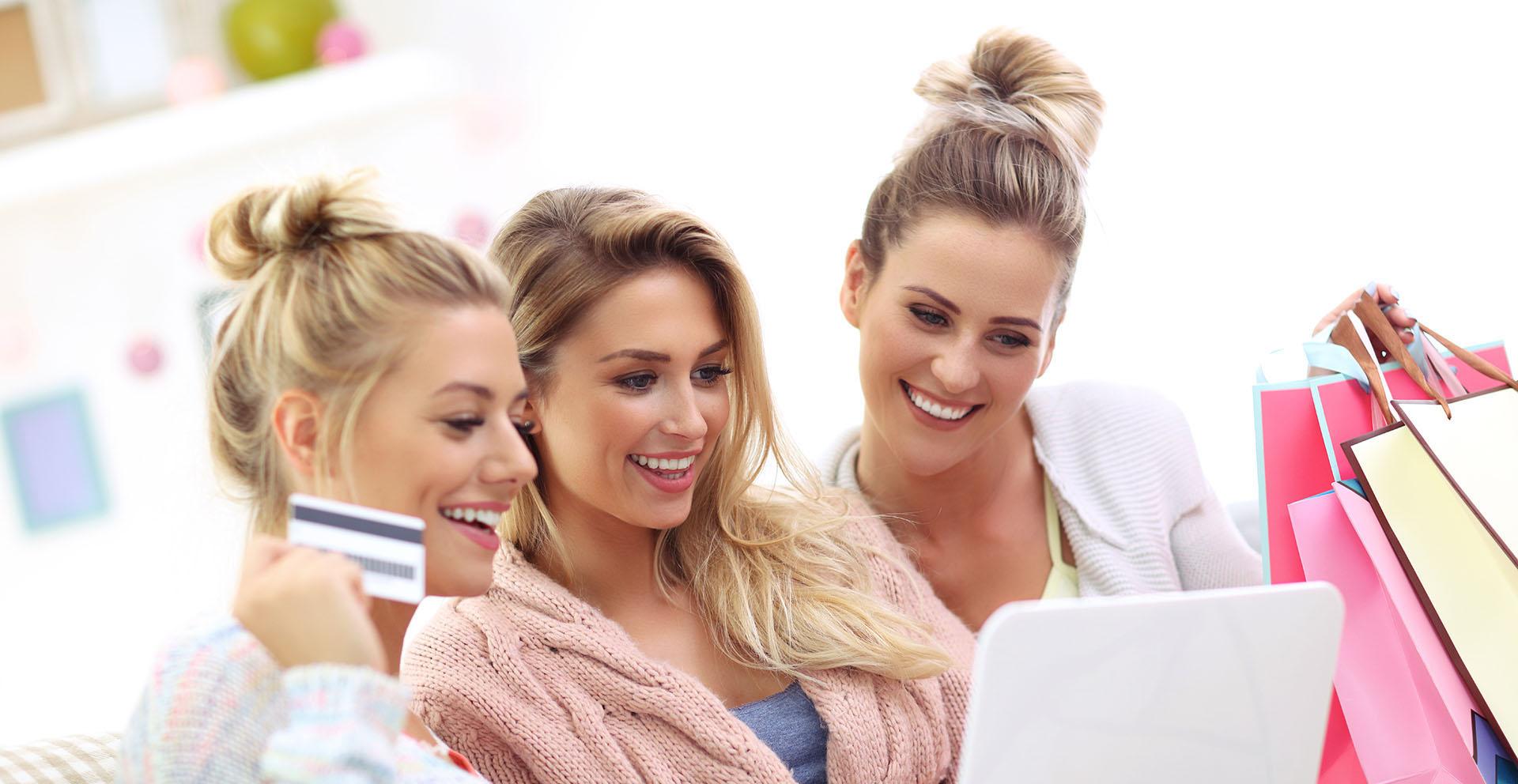 Trzy dziewczyny robiące zakupy online w domu