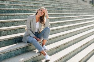 Młoda kobieta siedząca na schodach